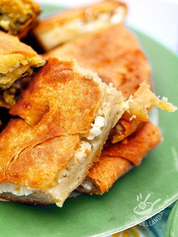 Focaccia with onion and brie - Che ne dite di una focaccia rustica che ha il sapore delle preparazioni da forno di una volta senza tanti fronzoli? Provate la Focaccia con cipolla e brie! #focacciaconcipolla #focacciaconformaggio