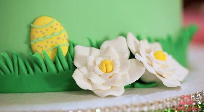 Come ricoprire una torta con fondente creando decorazioni pasquali