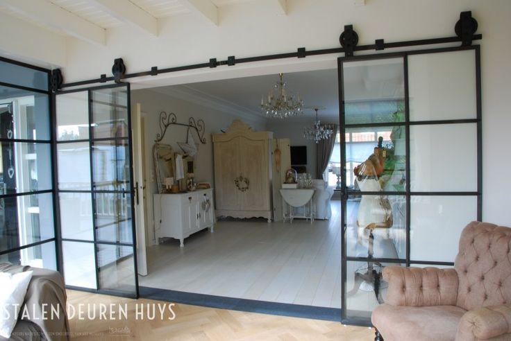 Stalen schuifdeuren met muurrails, Project Showroom