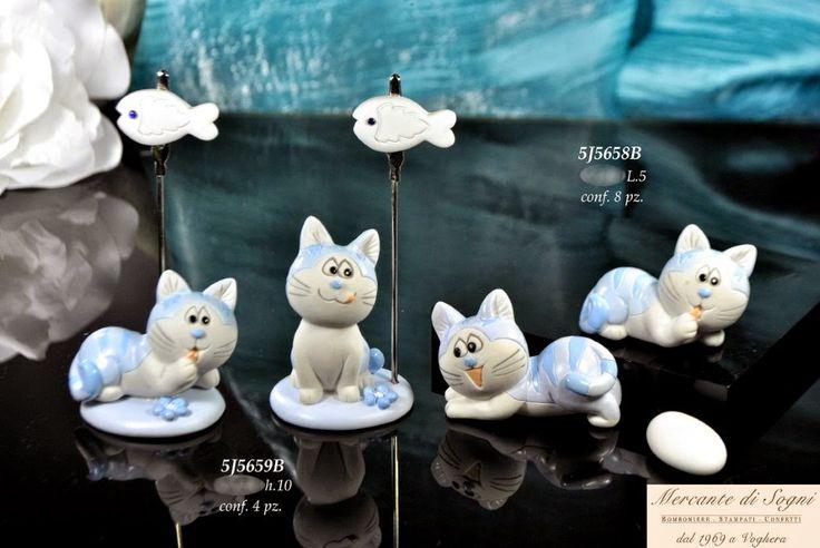 Le Resine - GATTINI STRIATI -  MEMORY PORTAFOTO E SOGGETO ASSORTITO DISPONIBILE CELESTE E ROSA  Linea di bomboniere composta da gattini realizzati in color rosa e celeste striato. Articoli creati appositamente per tutte le cerimonie di battesimo. Sono disponibili in modelli assortiti.  Read more: http://mercantedisognivoghera.blogspot.com/2014_11_22_archive.html#ixzz3Lz1oX5iw