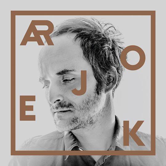 """Artur Rojek zdradził okładkę swojego najnowszego albumu - """"Składam się z ciągłych powtórzeń"""", który pojawi się w sprzedaży 4 kwietnia."""