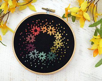 Arco iris luminoso Bouquet Floral guirnalda bordado aro Art - rosa Coral naranja primavera flores - algodón negro - aro de 5 pulgadas