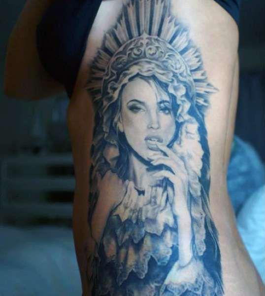 tatuaż indianki na boku