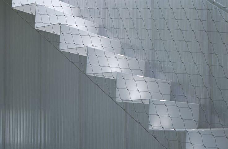 cierre barandilla altillo escaleras malla tela gallinero red metálica casa de acero kengo kuma