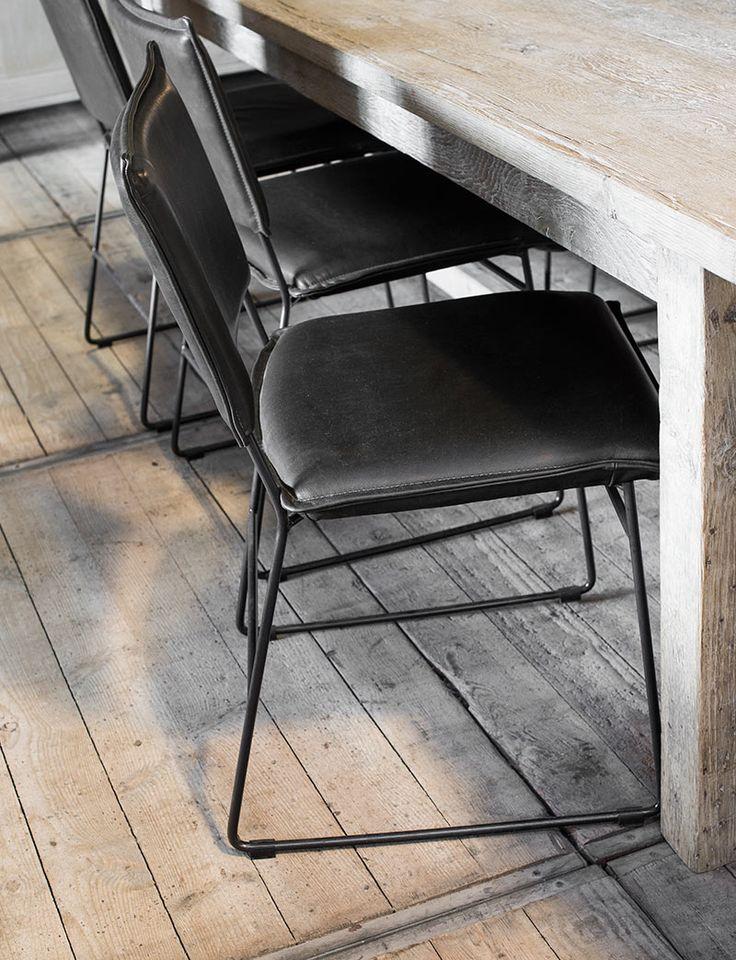25 beste idee n over lederen stoelen alleen op pinterest vlinder stoel moderne stoelen en - Zwarte eetstoel ...