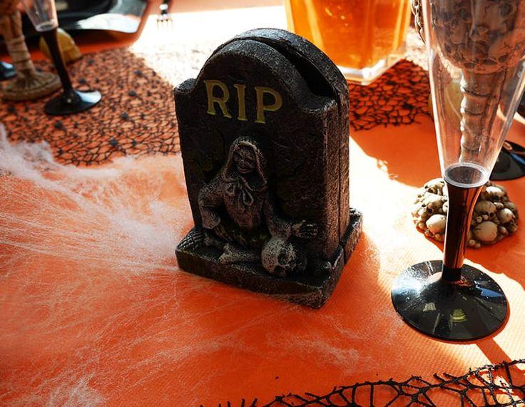 """Petites pierres tombales pour décorer une table sur le thème d'Halloween, inscription """"RIP""""."""