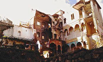 bâtiments de la Casbah après le dynamitage de  la cache ou s'étaient réfugiés Ali la pointe,Hassiba Ben Bouali,petit Omar et Mahmoud Bouhamidi et tuant 17  autre civils.