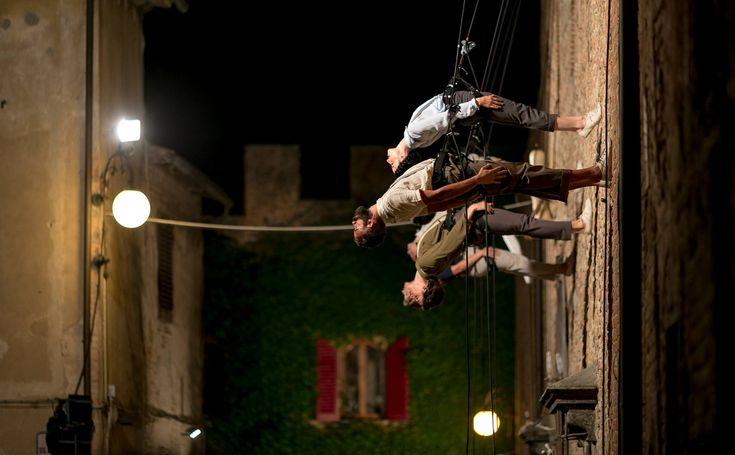 """La danza verticale è un mix di danza e tecniche di arrampicata eseguita su superfici verticali.Si svolge su superfici verticali muri, pareti di edifici o pareti rocciose in località rurali, che diventano il piano su cui danzare. """"Il performer verticale sperimenta nuove relazioni con le linee, i piani, i volumi #vertiger"""