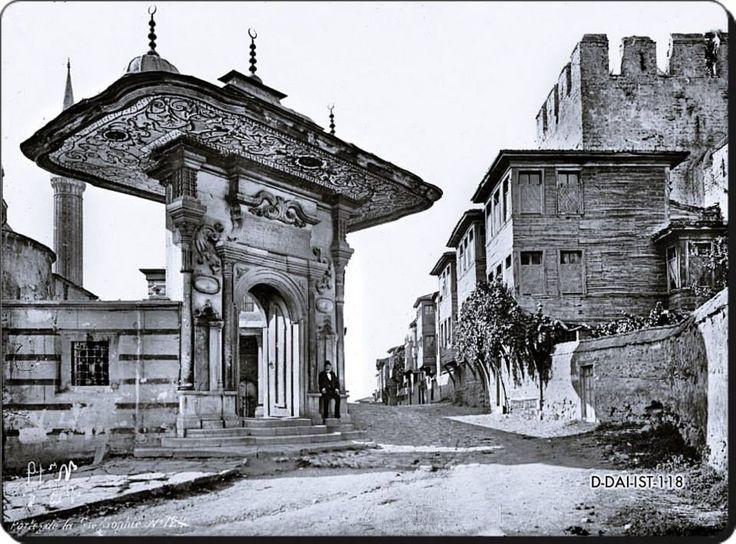 Soğukçeşme Sokağı - 1910 lar.Yasin Onur Rahmetli Çelik GÜlersoy tarafından sokak sağlıklaştırması ile düzenlenen eski Soğukçeşme sokak evleri ki 1860larda yaptırıldılar.Simetrik yatay cepheleri ile oldukça dikkakt çekmektedirler.Sağda ise Hagia Sophia Batı girişi ile ikizli Soğukçeşme görülüyor.Soğukçeşme ise 1800 yılında Sultan 3.Selim tarafından yaptırılmış btarihine rağmen 18.yy mimari özelliklerini iyi taşıyan bir çeşme dir.Geniş saçağı ile çok dikkat çeker.