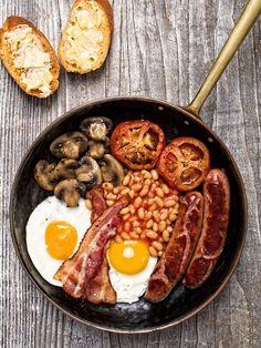 Dol op flink ontbijten? Zo maak je thuis een full English breakfast, compleet met baked beansin tomatensaus, worstjes, bacon, een spiegele...