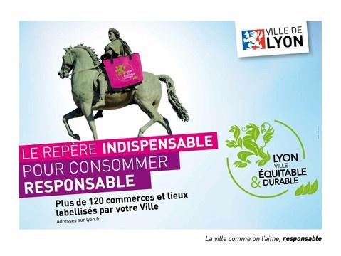"""Pour lancer le label """"Lyon Ville Equitable et Durable"""", Empreinte réalise pour la Ville de Lyon une grande campagne sur le thème """"LE REPERE INDISPENSABLE POUR CONSOMMER RESPONSABLE"""". Point d'orgue de cette campagne, la statue de Louis XIV sur la Place Bellecour est """"habillée"""" pendant 2 semaines de 2 sacs de shopping géants (recyclés en fin d'opération bien sûr !)."""