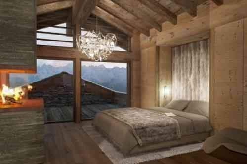 Chambre à coucher bois et lustre glamour