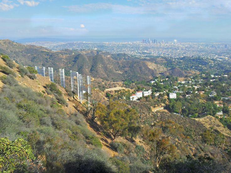 Cíl, cíl, cíl!! Pekelný výlet je pomalu u konce - můžu vyfotit downtown LA a současně do jednoho záběru vměstnat i nějaký písmena, který jsou za ostnatým drátem a na každým druhám je kamera. Pěkné!