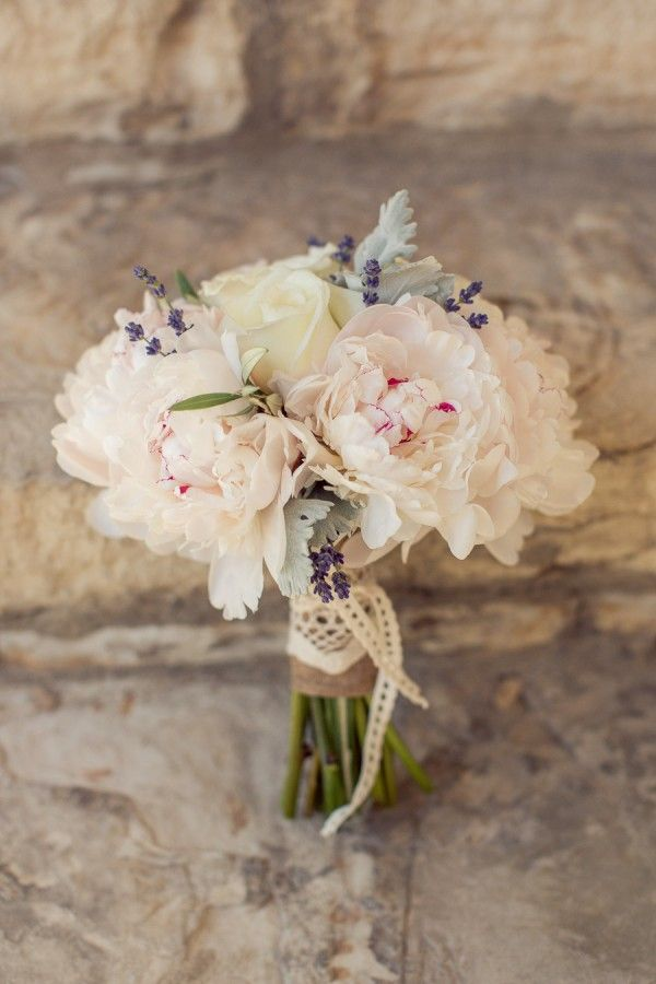 Un ramo de peonías le dará un toque sin igual a tu estilismo - Foto Carlie Statsky Photography