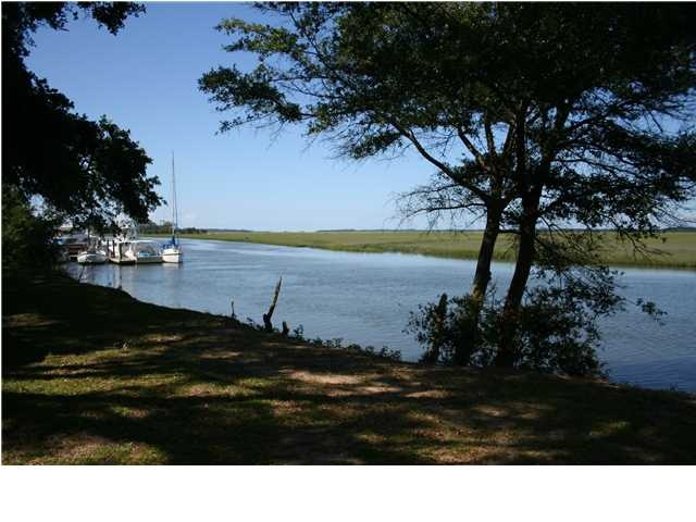 Deep water home with 16 acres and beautiful oak trees.  6930 Maybank Hwy, Wadmalaw Island Property Listing: MLS® # 1214410