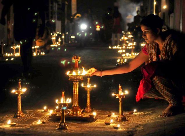 Float Festival (Deepam) : Madurai (Tamil Nadu), 7 - 8 février 2015 - Le festival de Karthigai Deepam est célébré principalement au Tamil Nadu à Poornima ( jour de pleine lune ) du mois de Tamizh Karthigai selon le calendrier du tamil. Cette tradition peut être grossièrement décrite comme le Diwali du Sud de l'inde et est observée de chaque maison et temple.