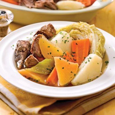 Bouilli de bœuf aux 7 légumes / Des morceaux de boeuf qui se détachent en filaments et tout plein de légumes du terroir. Un mets parfait à préparer quand les températures refroidissent, avec les légumes frais du potager ou du marché.