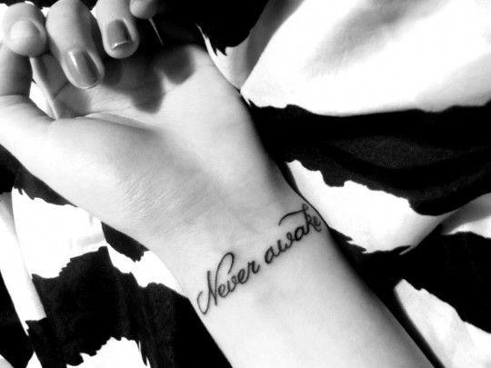Estrella: Tatuaże na nadgarstku.