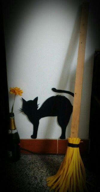 Halloween. Gato de Cartulina. Escoba, madera, tiras de foami amarillo, cinta adhesiva negra (aislante)