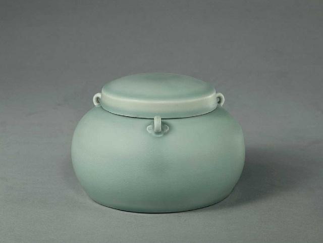 明永乐-翠青釉三系盖罐    From the Palace Museum in Beijing.    Chinese Ceramics