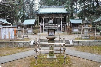 萱尾神社  本殿前にあるキリシタン灯篭
