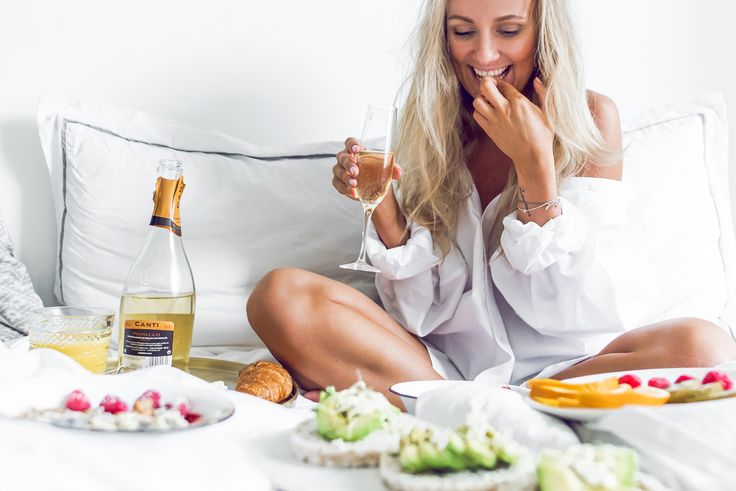 Champagne breakfast in bed white shirt cozy home Start Living Your Best Life - Blogi | Lily.fi