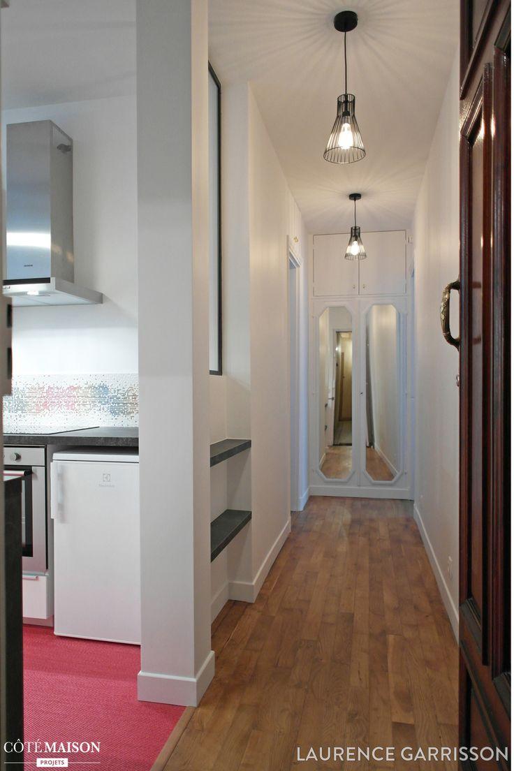 Couloir blanc avec du parquet au sol vue sur la cuisine for Cuisine ouverte sur couloir