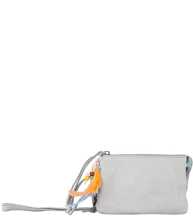 Bag Prenton is het ultieme festivaltasje! Het tasje is gemaakt van hoogwaardig leer en afgewerkt met fraaie accessoires, zoals veren en kralen. Het Cowboysbag tasje is verdeeld in drie vakken. Ideaal om je mobiele telefoon, kleingeld, pasjes, make-up en andere essentials in mee te dragen!