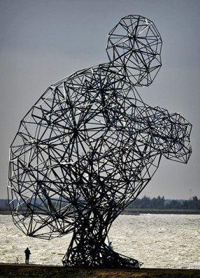 Caganer enorme, obra de l'artista britànic Antony Gormley. Fotografia: Koen Van Weel-EPA. Lelystad, Països Baixos, 2010.