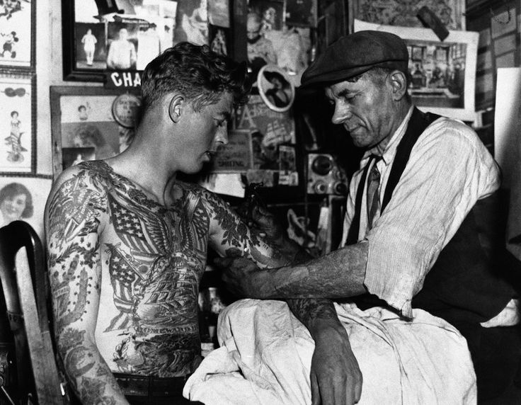Il tatuatore Charles Wagner, a New York, nel 1935