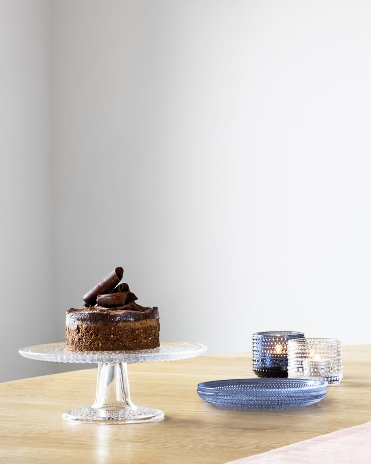 A chocolate dream floats on your tabletop with the Kastehelmi Cake Stand by Iittala. Use it to showcase cakes, pies, finger foods or any other delicious delicacies with Scandinavian elegance.