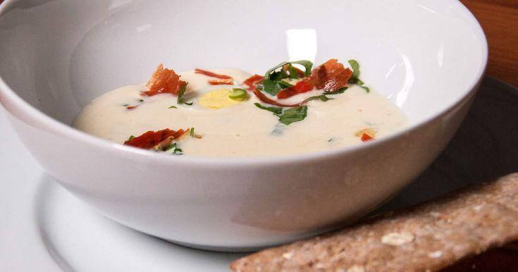Lyxig blomkålssoppa som serveras med knaprig skinka, löjrom, kokt vaktelägg och smörstekta blomkålshuvuden.