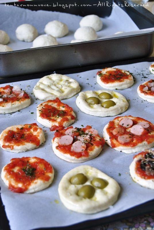 Fatte e mangiate, in questo buffet . Pizzette con pasta da rosticceria ricetta di Nanino di cookaround Ingredienti : per 1 tegli...