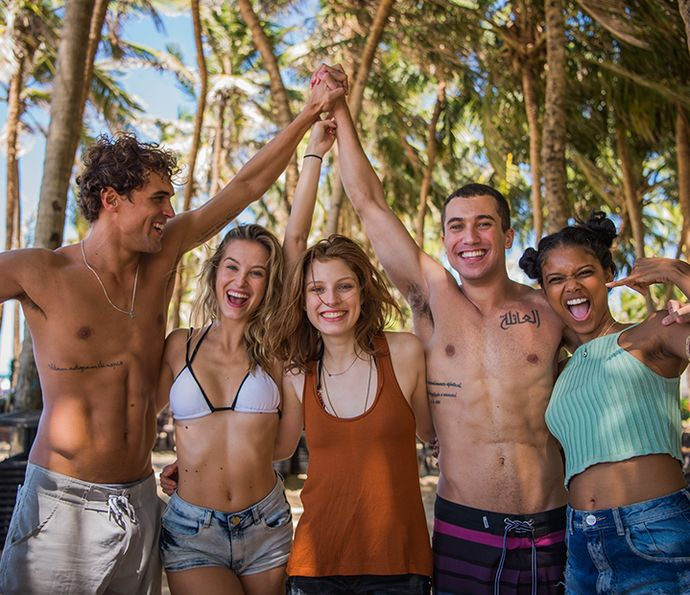 """Elenco de """"Malhação - Pro dia nascer feliz"""" posa em uma externa, em Fortaleza (Foto: Caiuá Franco/ TV Globo)"""