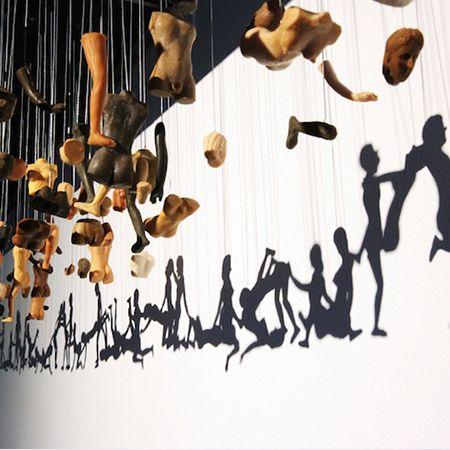 Coup de projecteur sur l'artiste coréen Yoon Bohyun et sur son installation suspendue formée à partir de poupée qui se transforme lorsque que l'on admire...