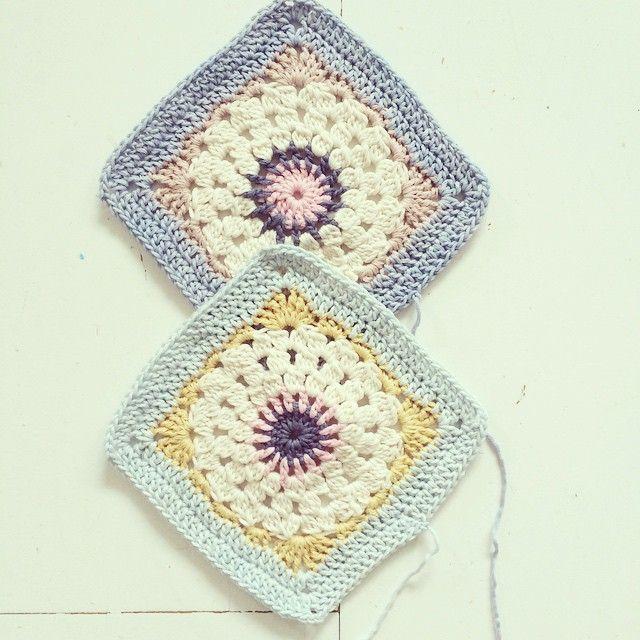 Two more squares #yarn #vinniscolours #nikkim #crochet #crochetlove #crochetaddict #crocheteveryday #crochet_instagram #crochetblanket #grannysquare #grannysquares #virkning #virka #mormorsruta #filt #bomull #garn