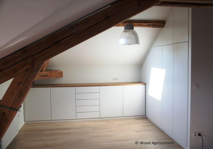Meuble de rangement sur mesure, façades laquées et plateau en chêne vernis.