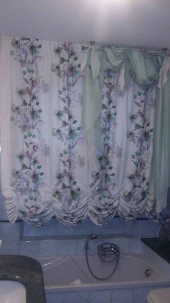 tenda arricciata e foderata, effetto a bombolino, montata su binario scorrevole a corde, completata da drappo in colori coordinati montato su bastone acciaio a soffitto
