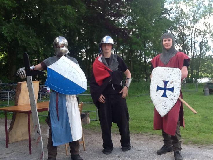 De ridders bij Bourgondisch Bosontbijt op zondagochtend in Kuinderbos tijdens Uit-jeTent.
