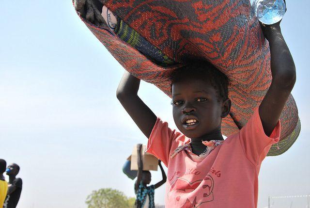 Ruim een half miljoen mensen in Zuid-Sudan zijn op de vlucht geslagen voor geweld tussen militaire groepen. Oxfam verleent noodhulp en roept de strijdende partijen op het geweld te staken. Deze jongen is op de vlucht voor het geweld in Tong Ping, Juba, Zuid-Sudan Lees meer: http://www.oxfamnovib.nl/uitgelicht-Zuid-Sudan.html
