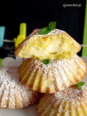 Babeczki wielkanocne Magdy Gessler kładniki:  (porcja na 12-14 sztuk)      200 g zimnego masła     300 g mąki krupczatki     4 żółtka     100 g cukru pudru     szczypta soli  ponadto:      1/2 laski wanilii     budyń waniliowy