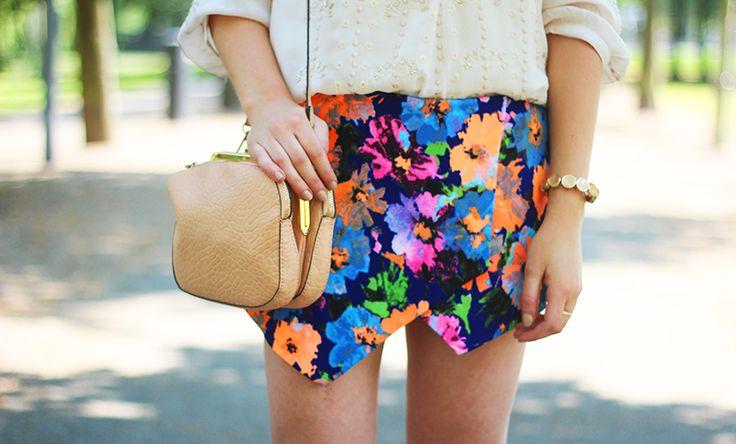 Outfit - Bloemetjesskort met witte blouse - Jennie from the Blog