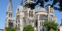 Marne : Châlons-en-Champagne : Cathédrale Saint-Etienne : De l'édifice roman dont la construction débuta au XIIe siècle, il ne reste qu'aujourd'hui la crypte et la tour nord. L'élévation de la tour sud commença au début du XIIIe siècle et à la suite de l'incendie de 1230, la cathédrale fut progressivement reconstruite. Les vitraux constituent un ensemble magnifique : notamment les verrières du XIIe de la salle du Trésor, les baies hautes du choeur, la rose du transept.