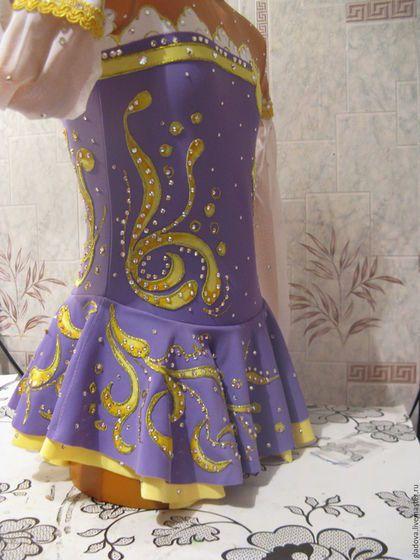 Купить или заказать Платье для фигурного катания. в интернет-магазине на Ярмарке Мастеров. Платье для фигурного катания будет соответствовать всем требованиям, предъявляемым Федерацией фигурного катания .Костюмы будут изготовлены в соответствии с танцевальной программой и музыкальным сопровождением по индивидуальному эскизному . Основу женского платья будет составлять купальник с пришивной юбочкой по линии 'косточек'. Все тонкости работы обговариваются с заказчиком.
