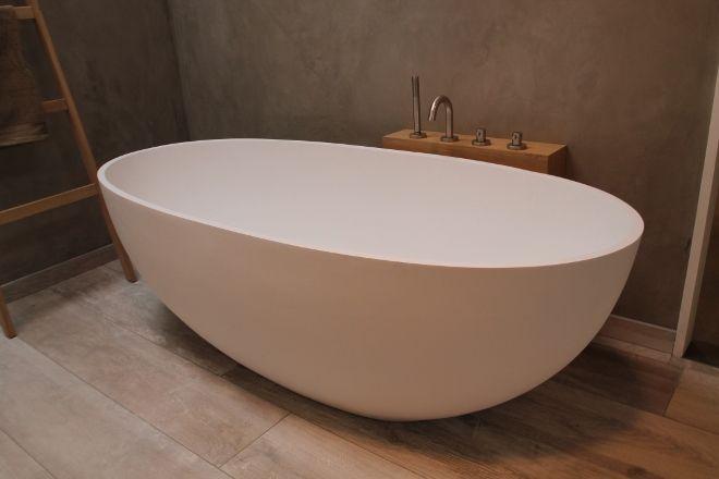 Vrijstaand bad luva solid surface italiaans badkamer design via luca sanitair bad baden - Badkamer desi ...