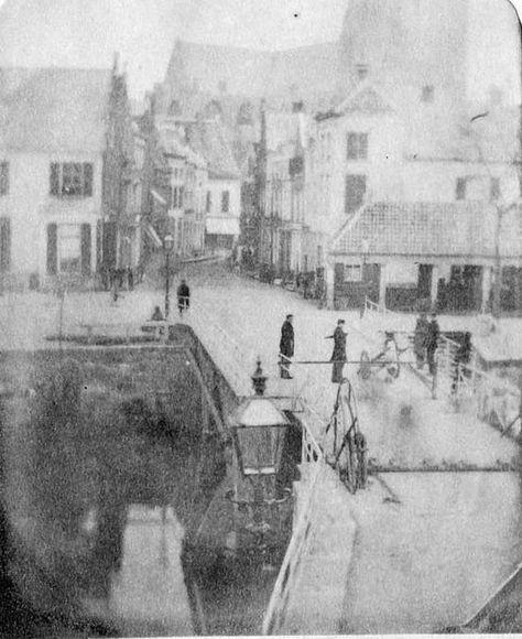 Misschien wel de oudste foto van Breda. Breda: De Vismarkt heel lang geleden in 1856.