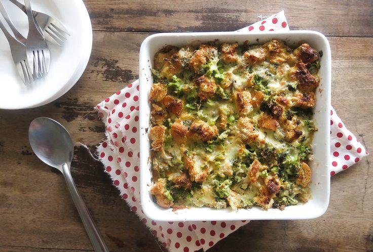 Torta de pão francês com brócolis e gorgonzola