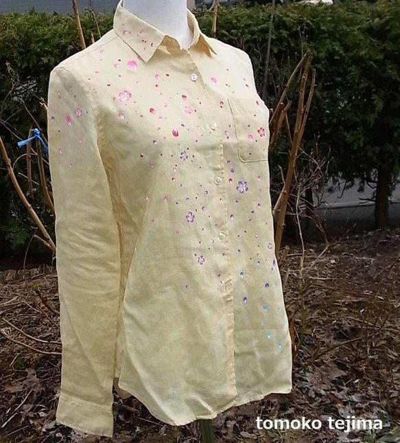 花びら舞い散るリネンシャツ布用絵の具を使って、洋服に直接絵を描いています。クリーム色のリネンのシャツに、沢山の花びらが舞い散る様子を描いています。赤、ピンク、...|ハンドメイド、手作り、手仕事品の通販・販売・購入ならCreema。