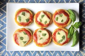 La ricetta delle pizzette veloci senza lievito Bimby è perfetta per una merenda veloce. senza lievito e cotte in padella, sono davvero pizzette sprint