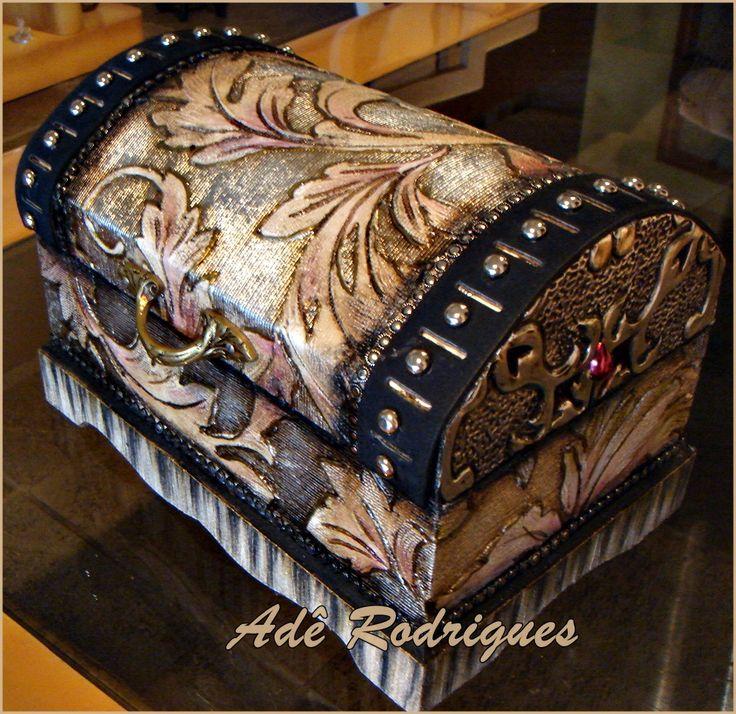 Baú de madeira com revestimentos pinturas e latonagem. Criação Adê Rodrigues